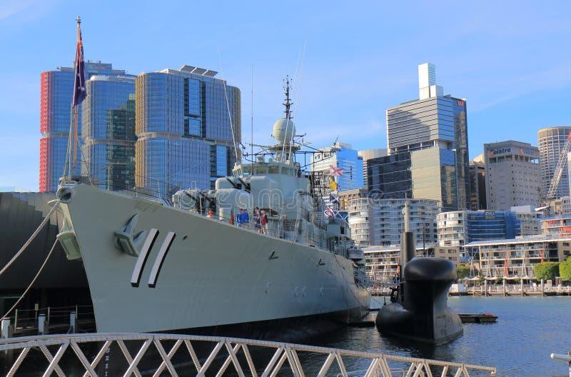 Darling Harbour Sydney för krigskepp cityscape Australien arkivbilder
