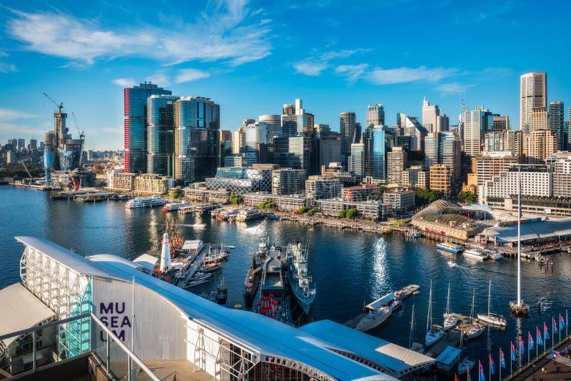 Darling Harbour Waterfront View a Sydney, Australia con il museo marittimo nella priorità alta immagine stock
