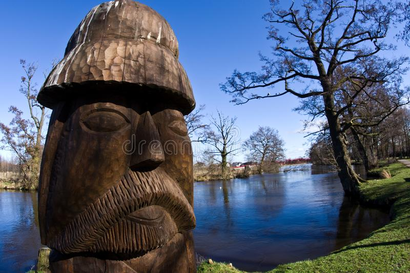 Darlowo Polen - en träskulptur nära den Wieprza floden, på laxön royaltyfria foton