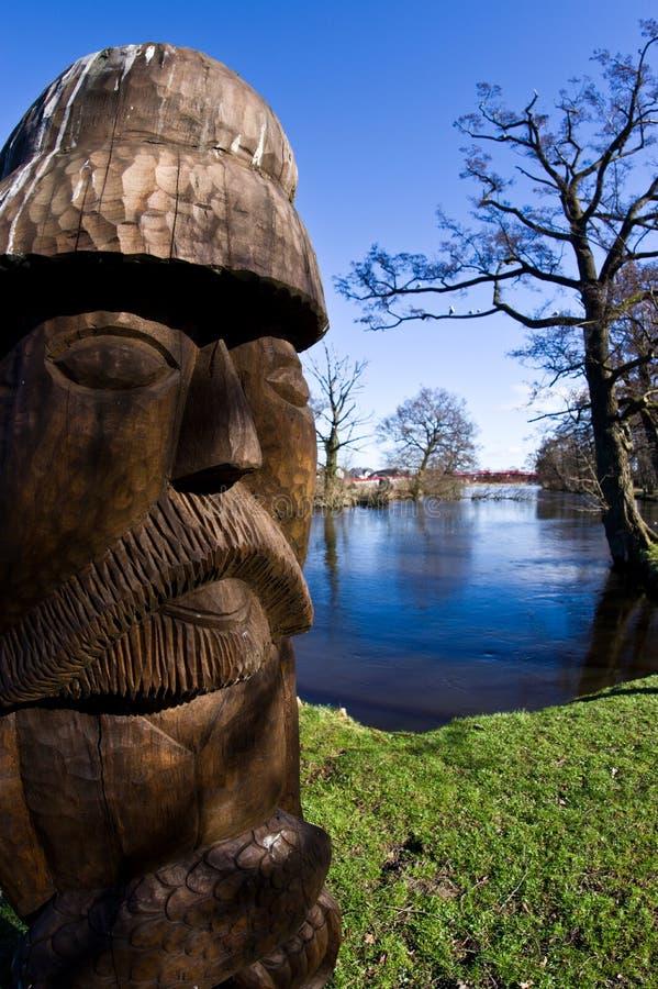 Darlowo Polen - en träskulptur nära den Wieprza floden, på laxön arkivfoton