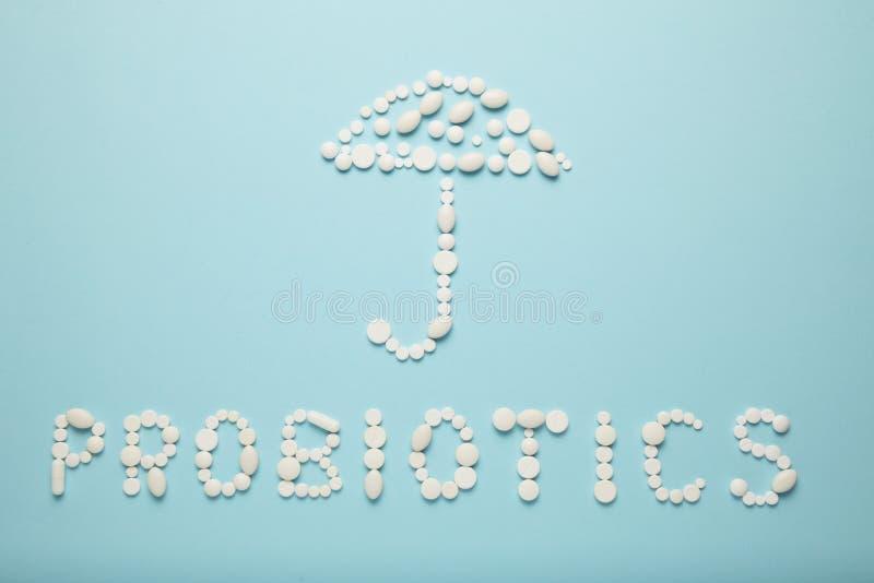 Darmen en pillen, probiotics, antibiotica Paraplu als symbool van ingewandenbescherming royalty-vrije stock foto