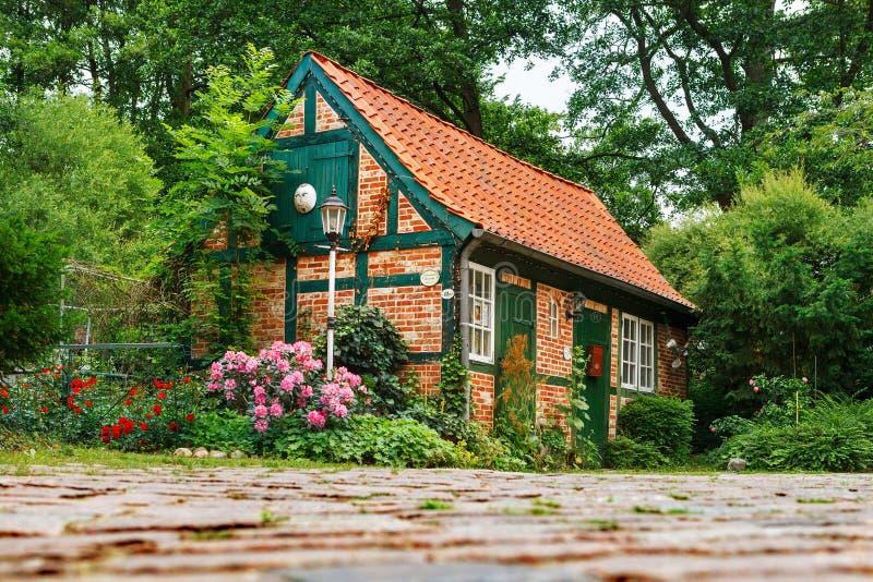 Darmstad, Alemania 22 de junio de 2011: Casa pequeña, de hadas con un tejado tejado La casa es un taller para hacer productos de  foto de archivo libre de regalías