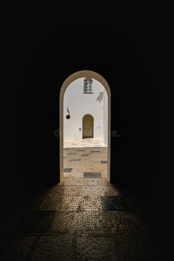 Darmuur met boogtype deuropening en een deur in de afstand op een zonnige dag royalty-vrije stock afbeeldingen