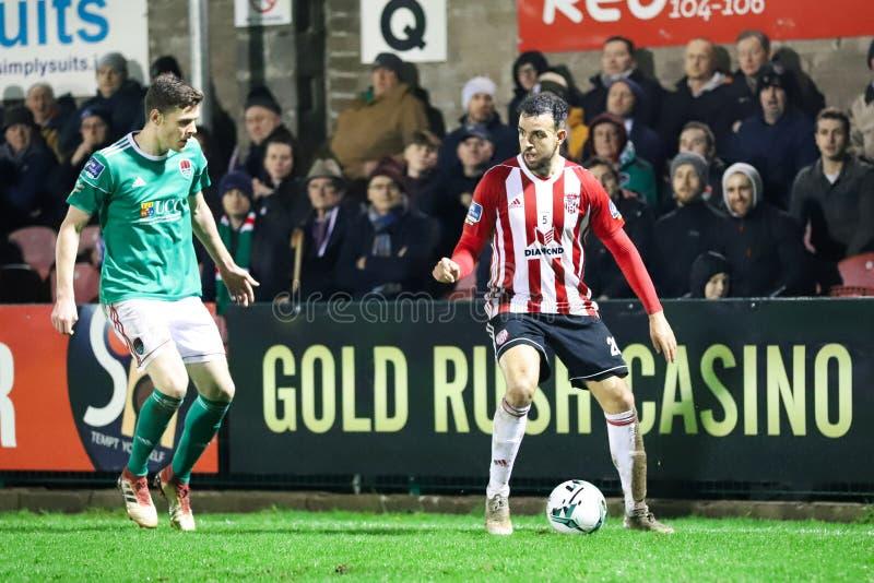 Darren Cole en la liga del partido Cork City FC de primero ministro Division de Irlanda contra Derry City FC imagen de archivo libre de regalías