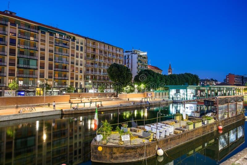 ` Darsena ` gebied in het Navigli-district 's nachts, Milaan, Italië royalty-vrije stock afbeeldingen