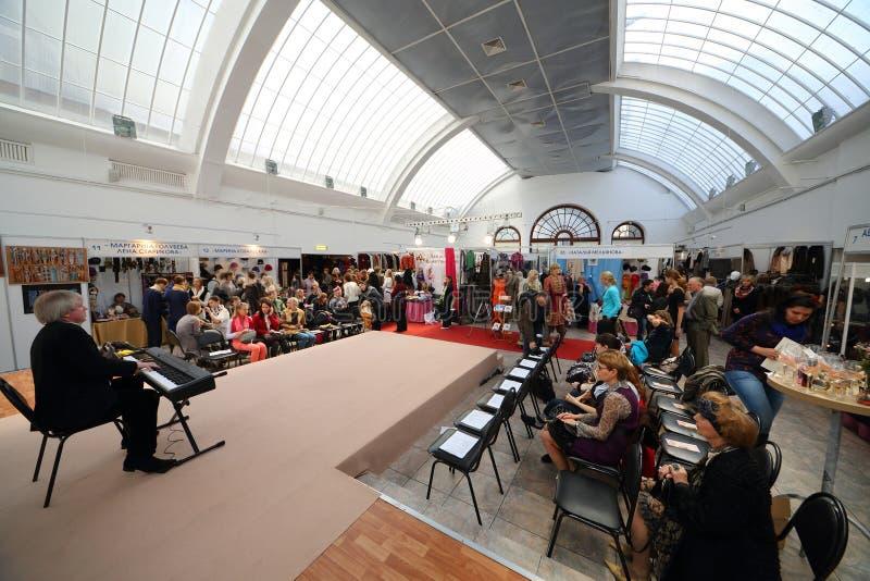 Darstellung des russischen nationalen Preises der Autornmode auf Ausstellung lizenzfreies stockbild