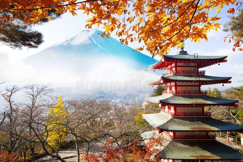 Darstellung des schönen Tempels mit nettem Ahornhintergrund ist Fuji m stockbilder