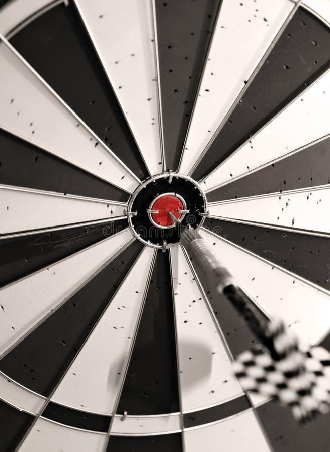 Dartboard com uma seta no meio imagem de stock royalty free