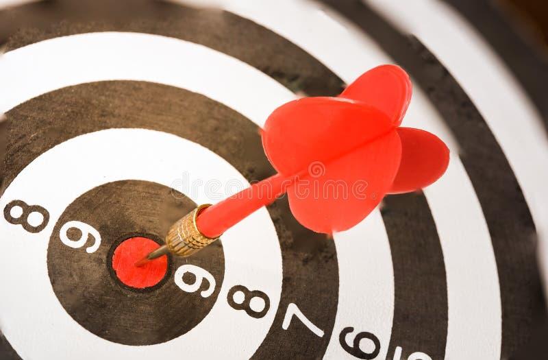 Dartboard met pijltjespijl in het doelcentrum stock foto's
