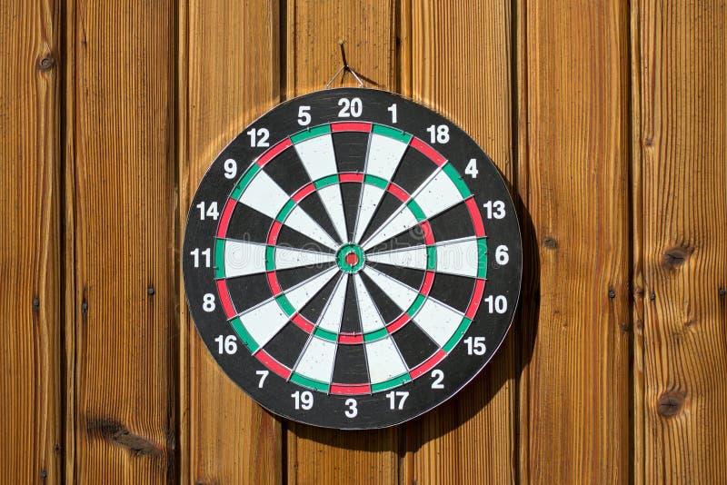 Dartboard op houten muur (geen pijltjes) royalty-vrije stock afbeeldingen