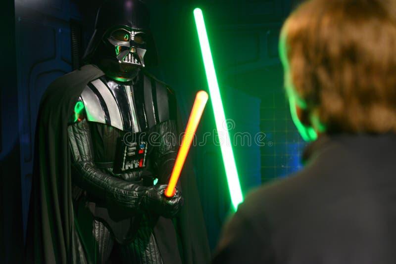 Darth Vader, der Luke Skywalker - Madame Tussauds London kämpft stockfoto