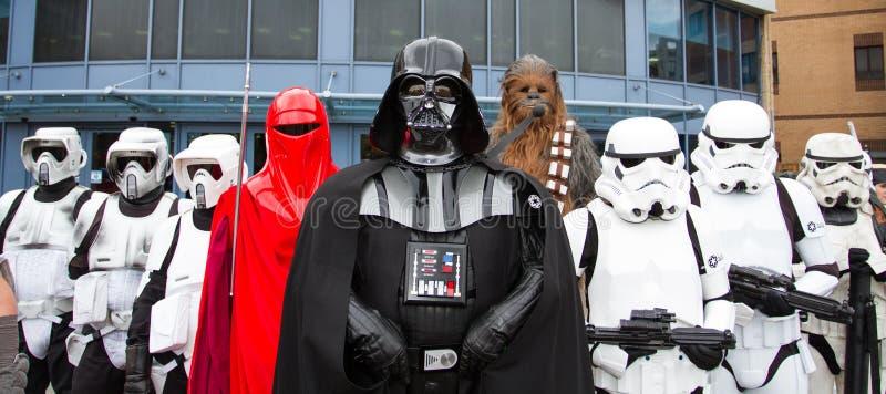 Darth Vader e Stormtroopers fotos de stock