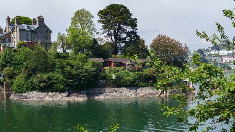 Dartmouth, Devon, Reino Unido, barcos y yates, casas coloridas, hotel en el río Dart el día de verano foto de archivo