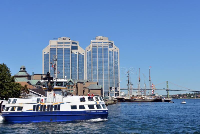 Dartmouth färja och högväxta skepp i den Halifax hamnen arkivfoton