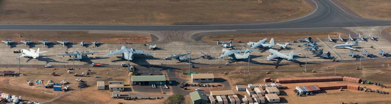 Darwin Australien - Augusti 4, 2018: Flyg- sikt av militärt flygplan som fodrar grova asfaltbeläggningen på Darwin Royal Australi arkivbild