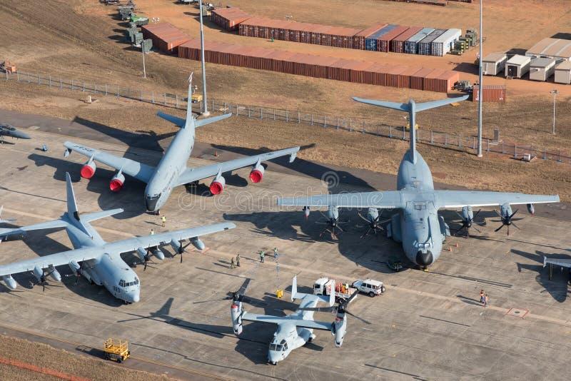 Darwin Australien - Augusti 4, 2018: Flyg- sikt av militärt flygplan som fodrar grova asfaltbeläggningen på Darwin Royal Australi arkivbilder