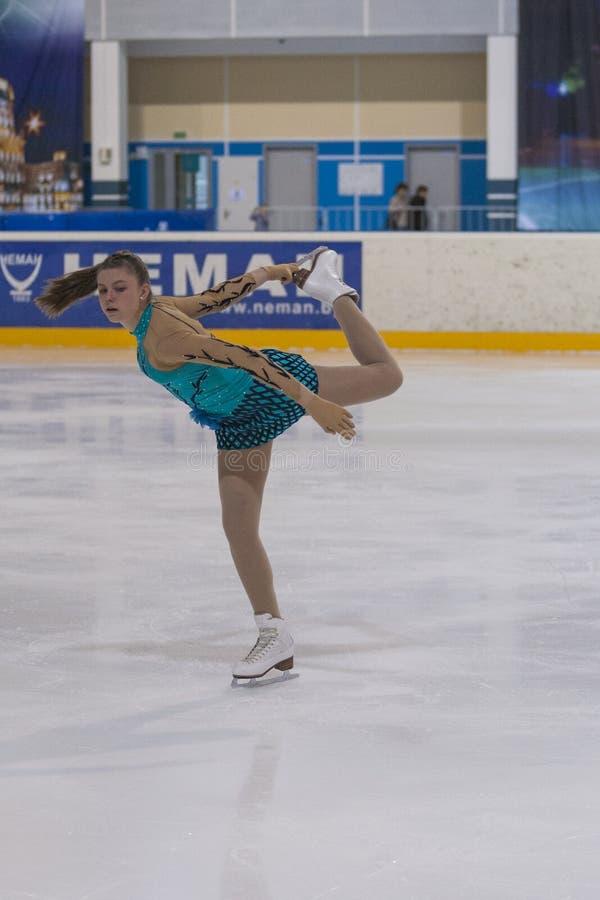 Darya Sopko dalla Russia esegue il programma pattinante libero delle ragazze della classe V dell'oro immagine stock libera da diritti