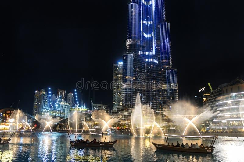 Das abends beleuchtete Dubai-Brunnen lizenzfreie stockfotos