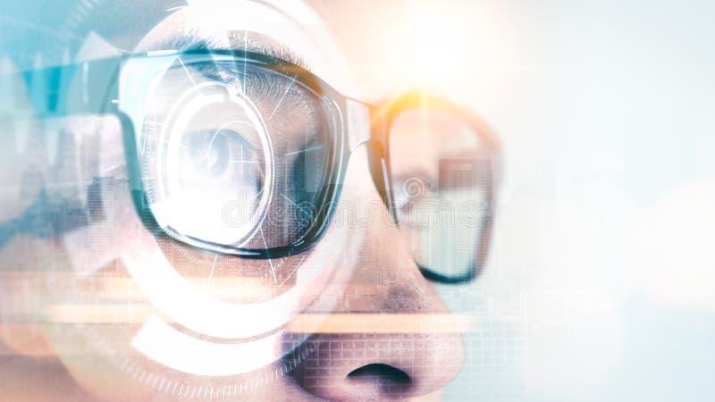 Das abstrakte Bild der Geschäftsmannabnutzung, die intelligenten Gläser mit futuristischem Hologramm überlagerten stockfotos
