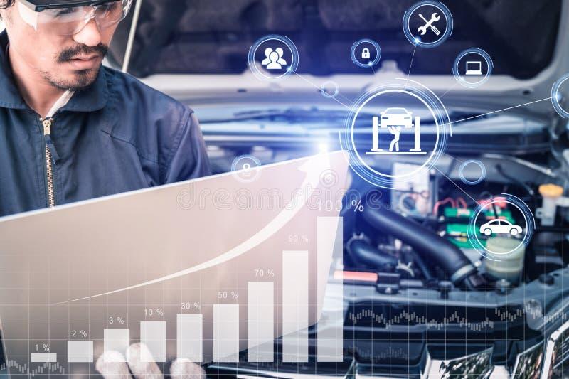 Das abstrakte Bild des Mechanikerpunktes zum Hologramm auf seinem Computer und unscharfen Automotorraum ist Hintergrund Das Konze lizenzfreies stockfoto