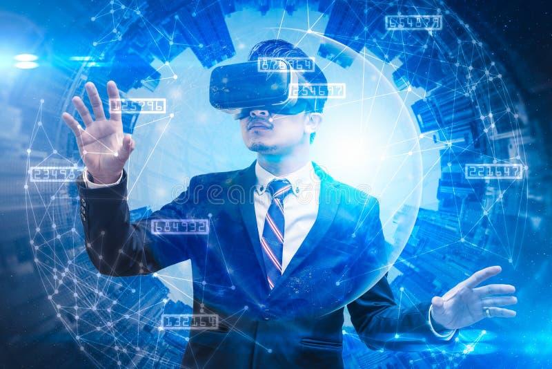 Das abstrakte Doppelbelichtungsbild des Geschäftsmannes unter Verwendung intelligenten Gläser oder vr Gläser überlagerte mit virt stockfotos