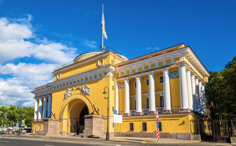 Das Admiralitäts-Gebäude in St Petersburg stockfotos