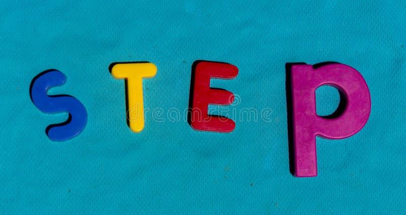 Das Alphabet beschriftet bunten Kinderspielwaren-Wort Schritt lizenzfreies stockbild