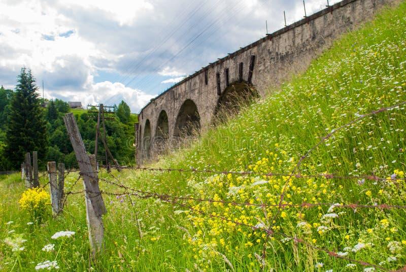 Das alte österreichische Steineisenbahnbrücke viaductand Fahrrad nahe ihm lizenzfreie stockfotos