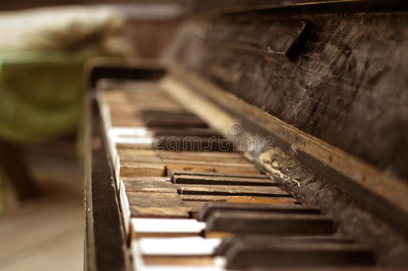 Das alte defekte Klavier im Holzhaus lizenzfreies stockfoto