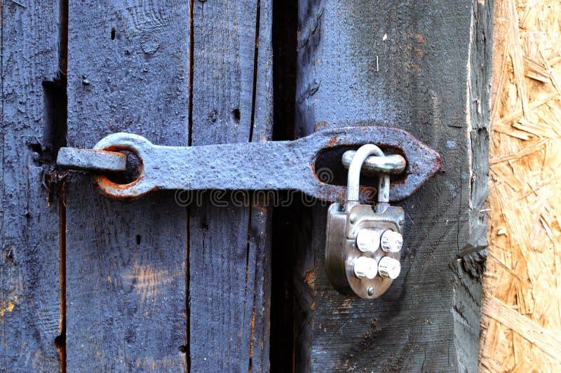 Das alte eingehängte Eisenschloss auf einer Tür oder einem Tor lizenzfreie stockfotos