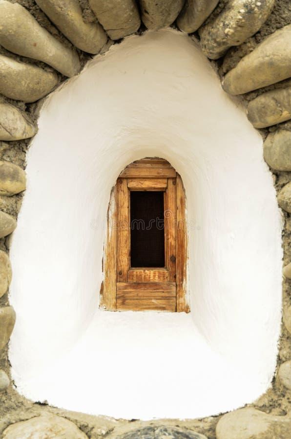 Das alte Fenster eines orthodoxen Klosters lizenzfreie stockfotos