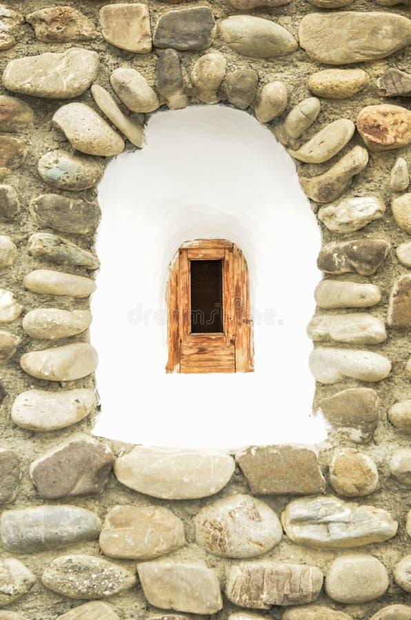 Das alte Fenster eines orthodoxen Klosters stockfotografie