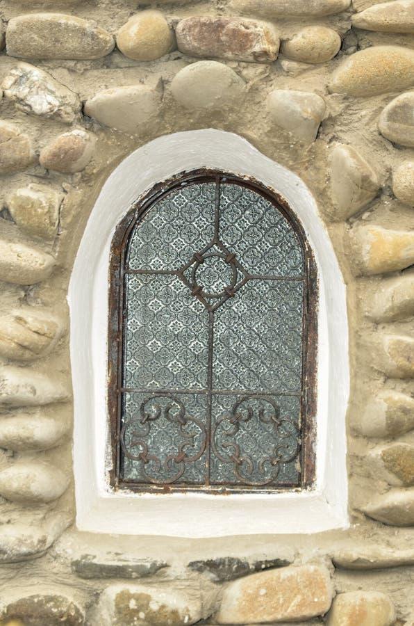 Das alte Fenster eines orthodoxen Klosters stockfotos