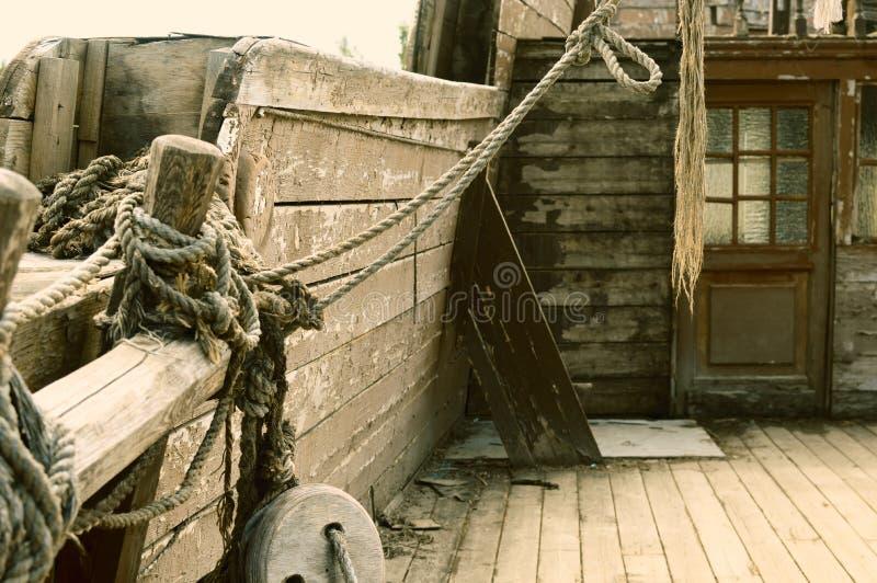 Das alte geworfene hölzerne Schiff von Piraten stockfotos