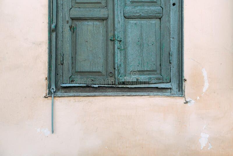 Das alte hölzerne Fenster ist grün Gelb verblaßte Haus lizenzfreie stockbilder