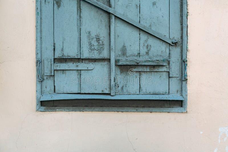 Das alte hölzerne Fenster ist grün Gelb verblaßte Haus lizenzfreie stockfotografie