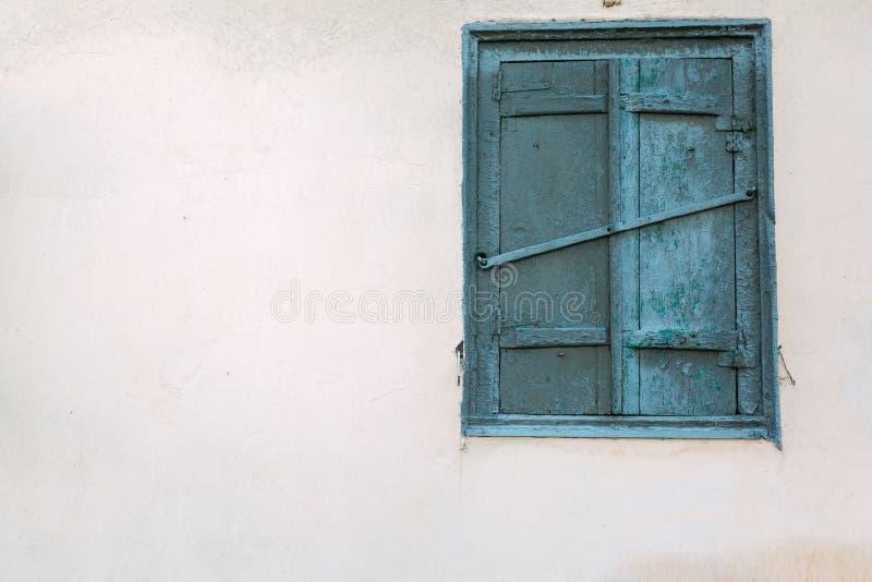 Das alte hölzerne Fenster ist grün Gelb verblaßte Haus lizenzfreies stockbild