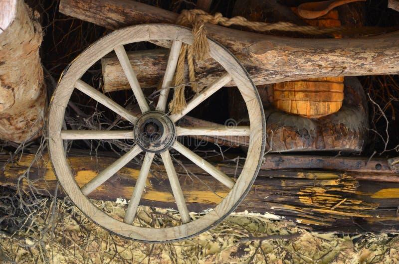 Das alte hölzerne Rad vom Wagen hängt an der Wand der ukrainischen Stange stockfoto