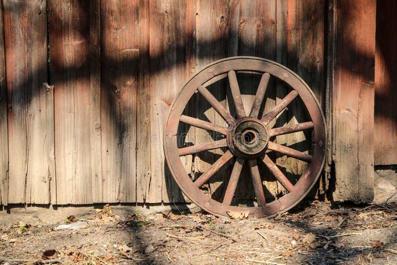 Das alte hölzerne Rad von einem Wagen stockbild