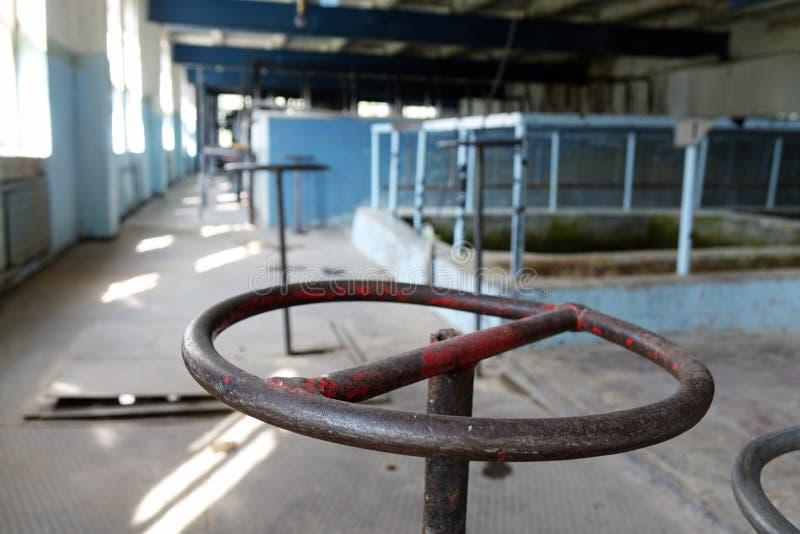 Das alte Klärwerk Altes und schädigendes Klärwerk verwüstet Rostige Ventile lizenzfreie stockfotos