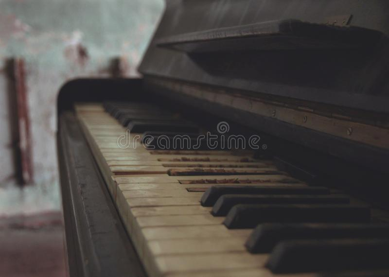 Das alte Klavier lizenzfreies stockbild