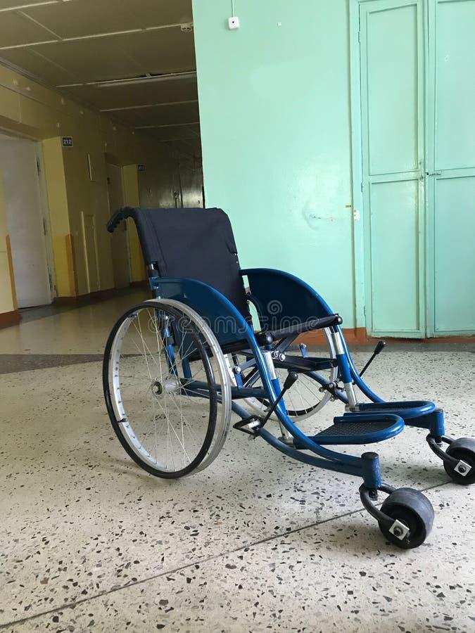 Das alte Krankenhaus vom Innere Behinderter Rollstuhl für Transport von nicht gehenden Patienten stockbilder