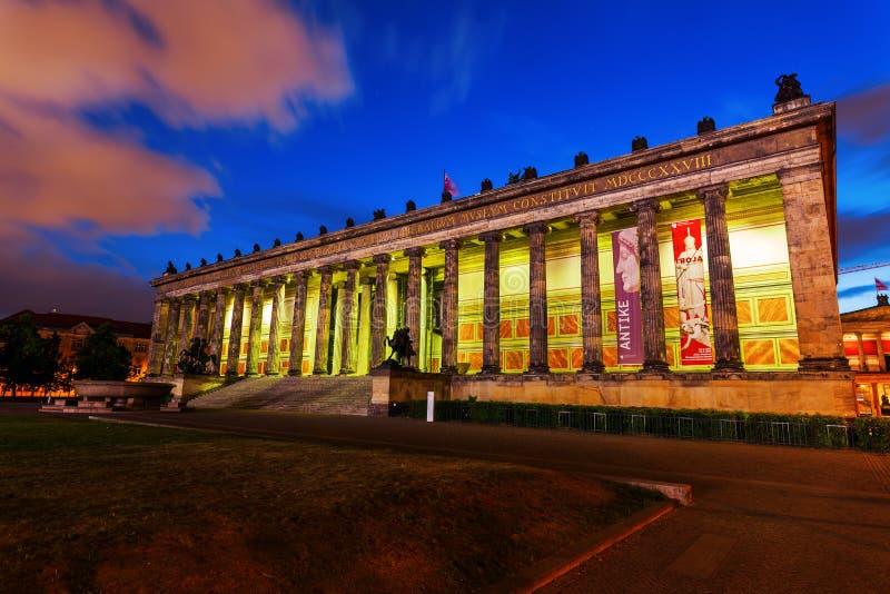 Das alte Museum auf der Museumsinsel in Berlin, Deutschland, nachts lizenzfreie stockfotografie