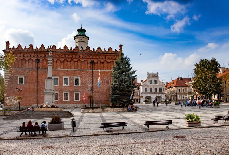Das alte Rathaus und der Hauptplatz in Sandomierz stockfotos