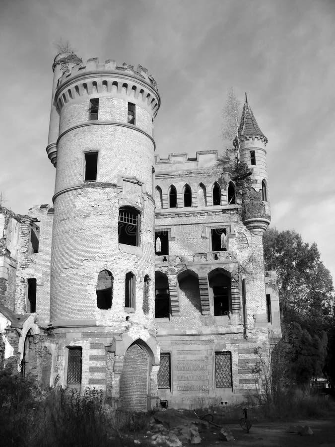 Das alte ruinierte Schloss stockfotografie