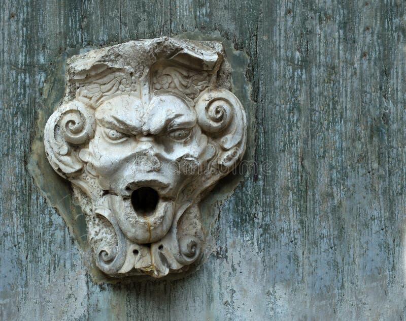 Das alte Steingesicht auf der Wand des Schlosses in Lissabon lizenzfreie stockfotografie