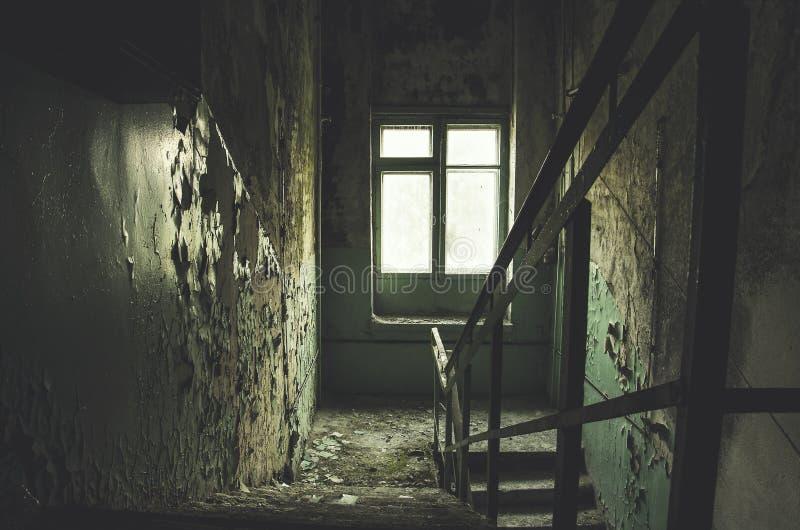 Das alte verlassene verlassene Gebäude und verließ zur Fäule mit Treppenhaus stockfoto