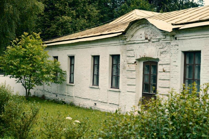 Das alte weiße einstöckige historische Gebäude stockbilder