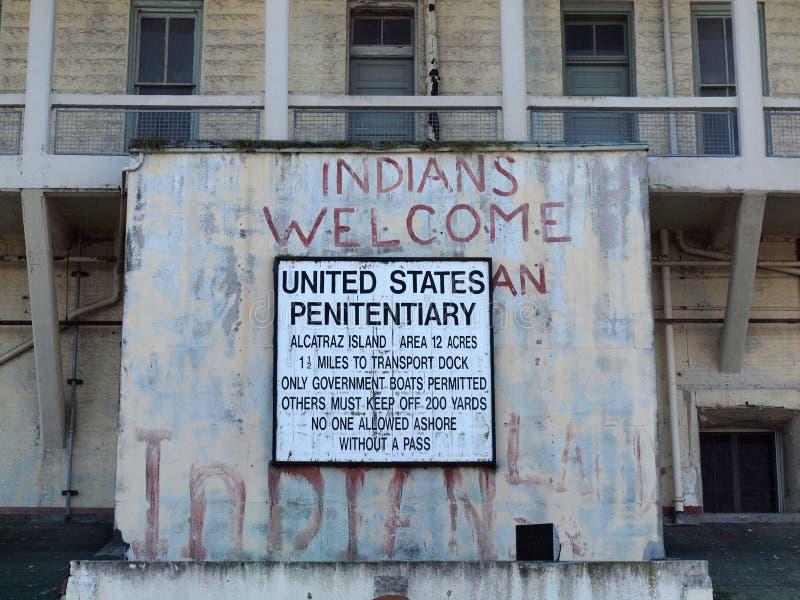 Das alte Zeichen auf Alcatraz-Gefängnisgebäude lizenzfreie stockbilder
