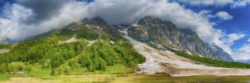 Das Aostatal-Landschaftsim frühjahr Jahreszeit stockbilder